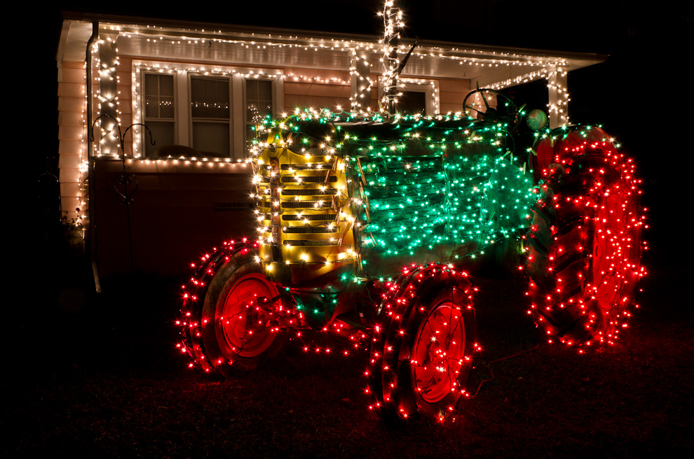 Click image for larger version.  Name:Christmas_tractor1.jpg Views:0 Size:361.3 KB ID:13611
