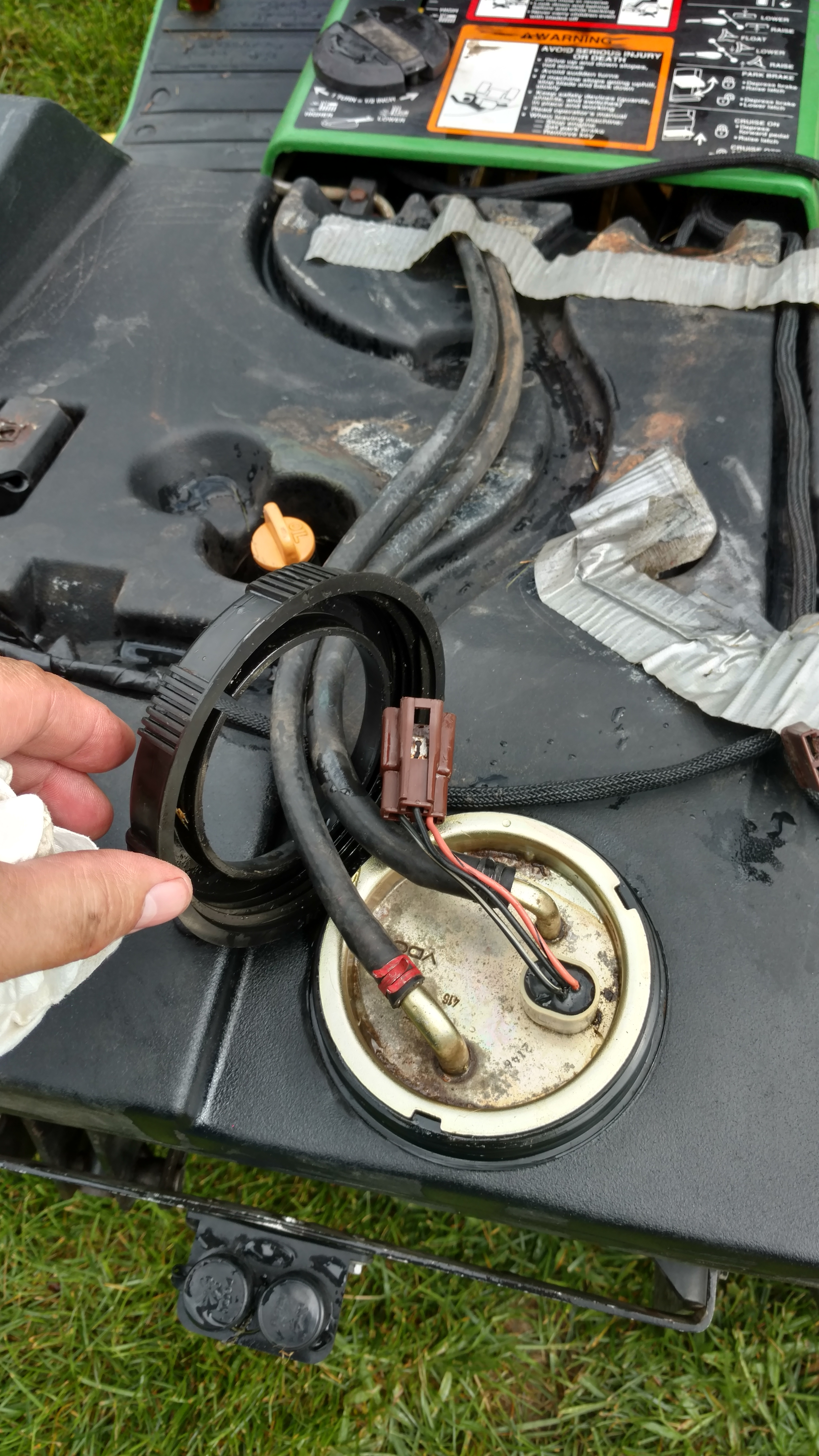 Changing the Fuel Pump / Fuel Sending Unit 445 / 455