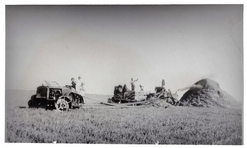 Click image for larger version.  Name:John Deere Dain Tractor Threshing.jpg Views:7 Size:44.7 KB ID:592882